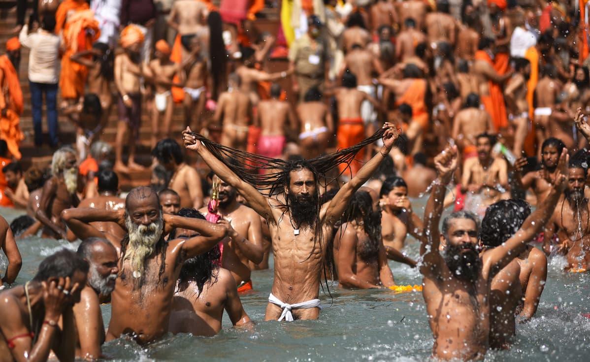 Kumbh Mela -festivaalin osallistujia Ganges-joessa Haridwarissa Intiassa.