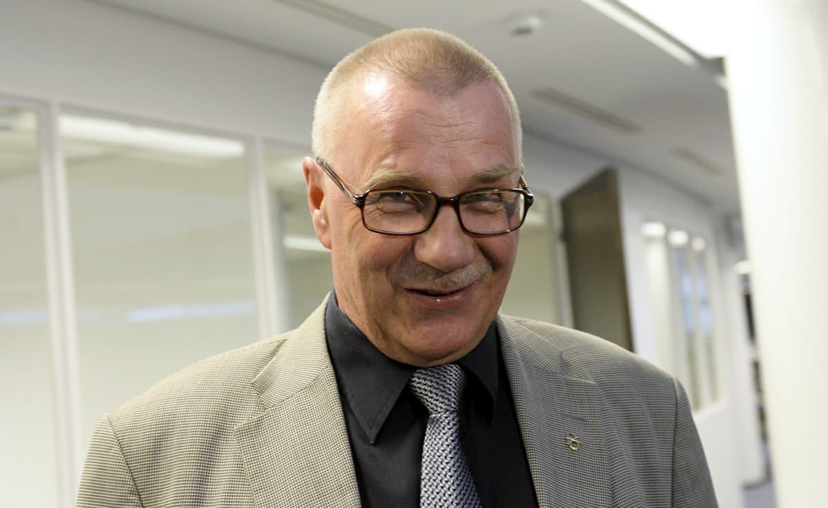 Perussuomalaisten kansanedustaja Pentti Oinonen menossa puolueen eduskuntaryhmän kokoukseen eduskunnassa Helsingissä 28. toukokuuta 2015