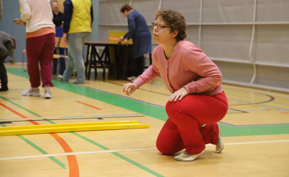 Hannele Joukainen pelaa curlingia
