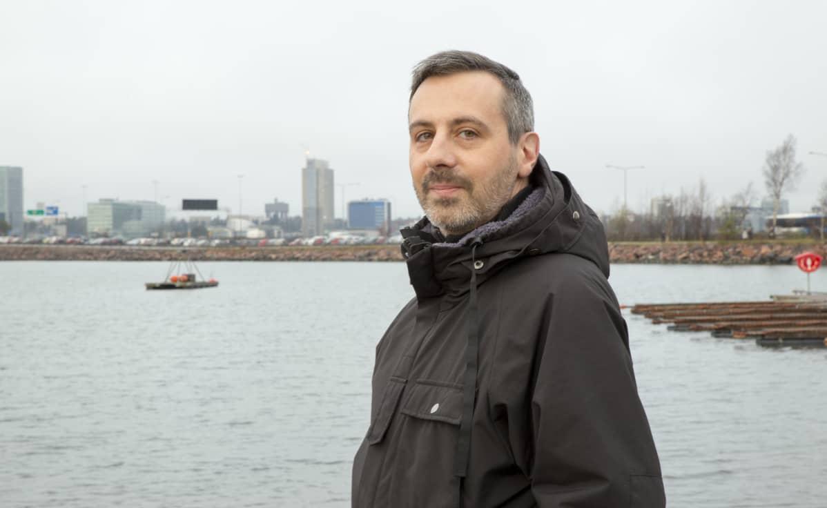 Martin-Éric Racine seisoo Koivusaaren venesatamassa.