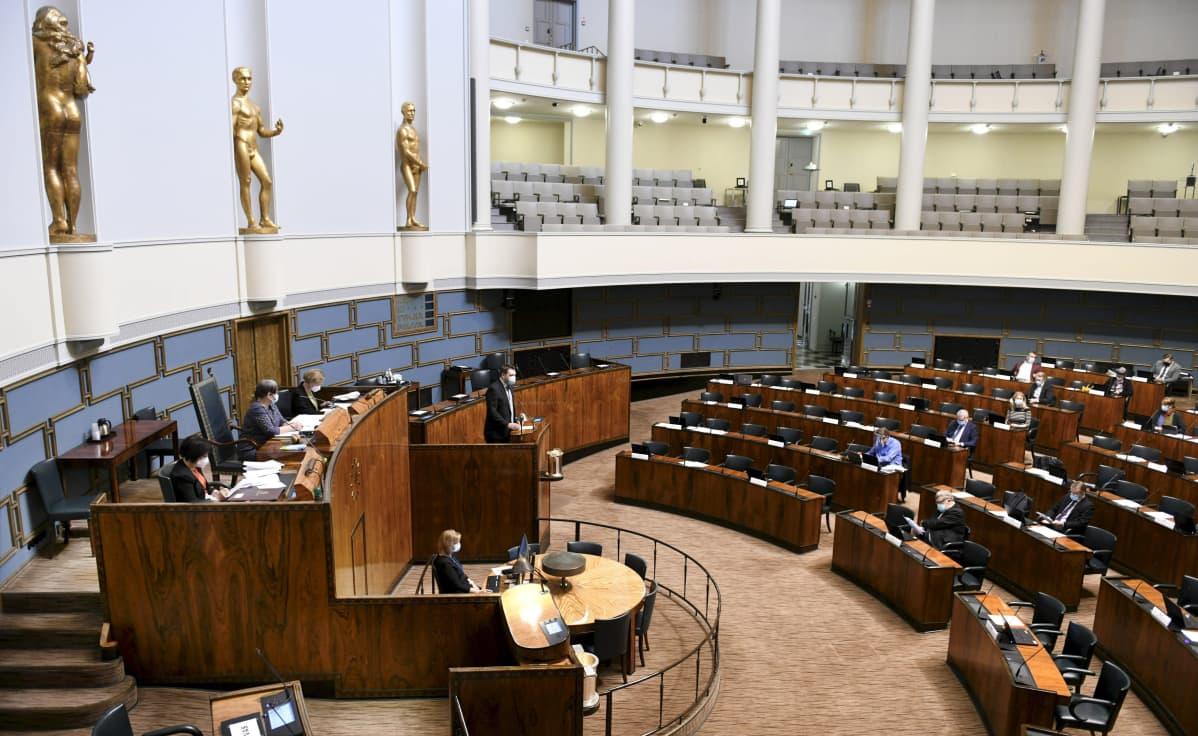 Keskustan Mikko Savola puhui eduskunnan täysistunnossa.