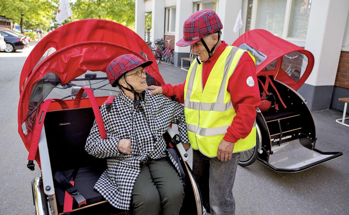 Matkustaja Sirkka Värtö ja riksan kuljettaja Mikko Lampinen ovat lähdössä matkaan.