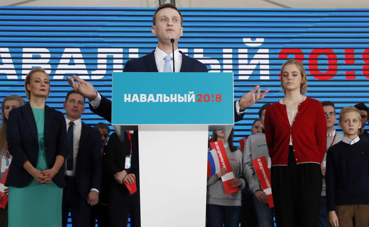 Navalnyi puhujalavalla, taustalla puoliso Julija, tukijoita ja teksti Navalnyi 2018