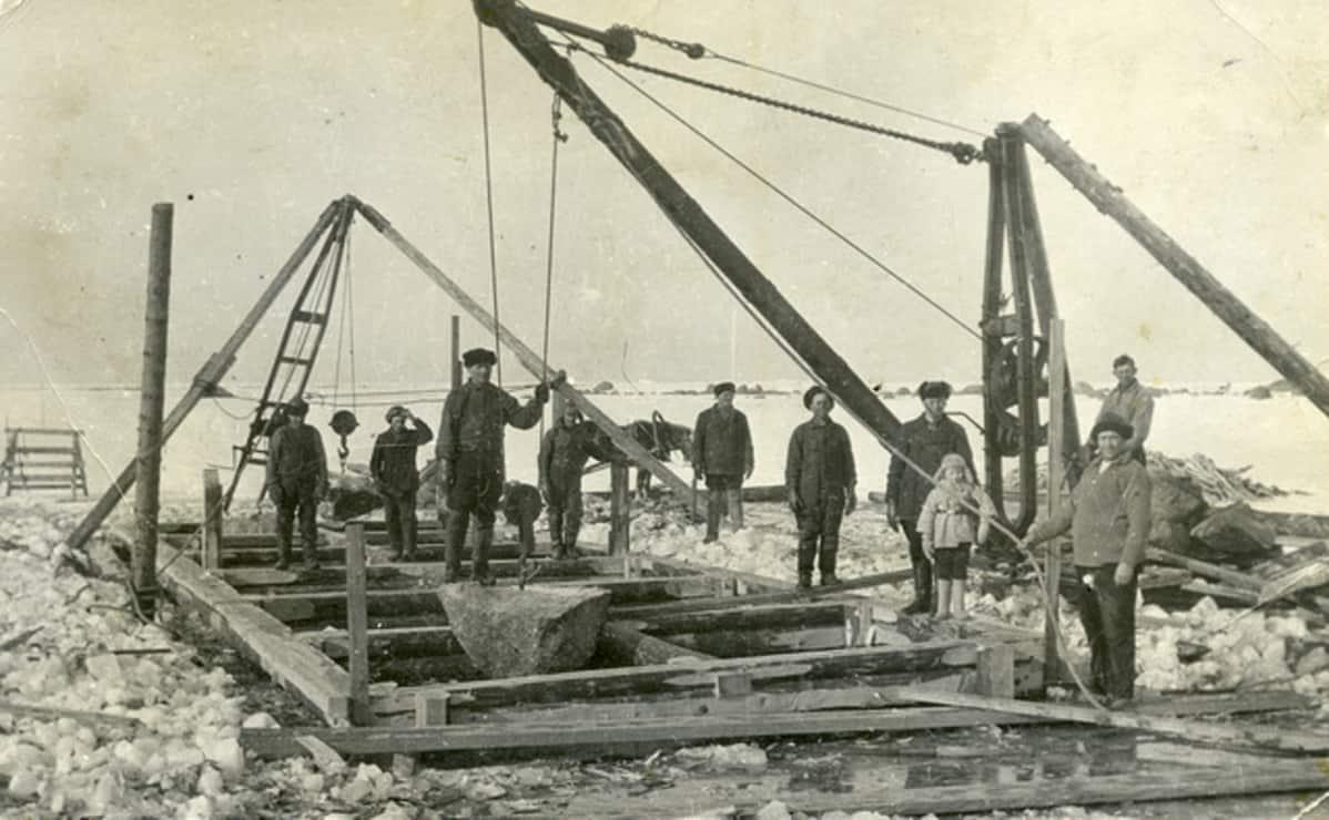 laituria rakennetaan jään päällä Lavansaaressa 1937