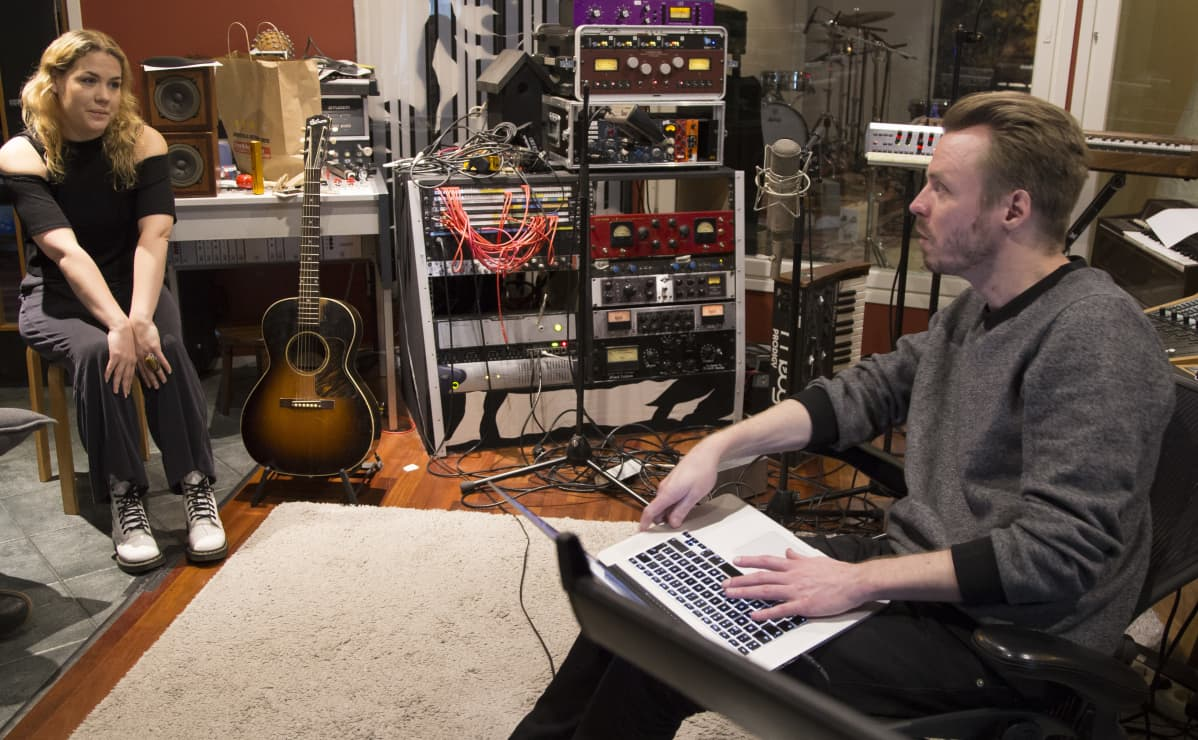Ulpu miettii yhdessä EMI Capitolin luovan johtajan Jukka Immosen kanssa, miltä hänen seuraavan singlensä pitäisi kuulostaa.