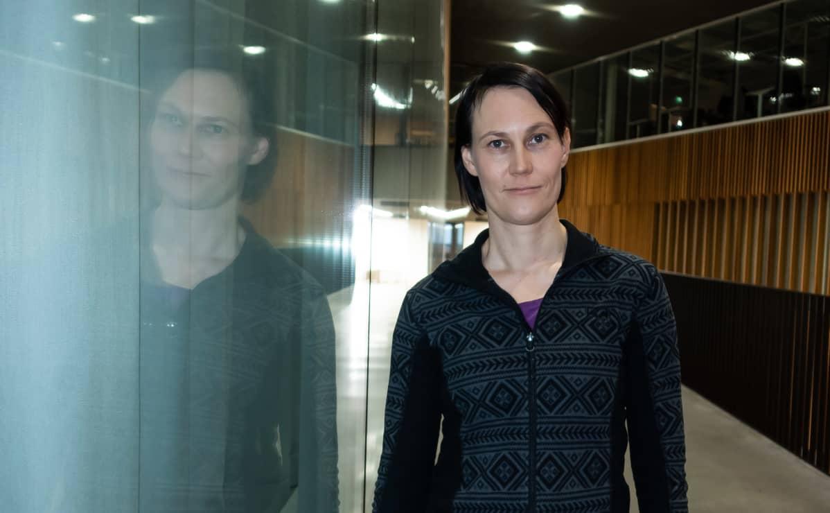 Aalto-yliopiston insinööritieteiden apulaisprofessori Annukka Santasalo-Aarnio Otaniemessä Aalto-yliopiston Wäre-rakennuksen aulassa.