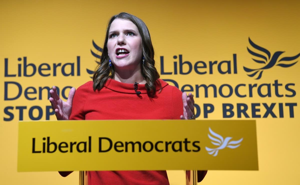 Jo Swinson pitää ensimmäistä puhettaan liberaalidemokraatien johtajana.