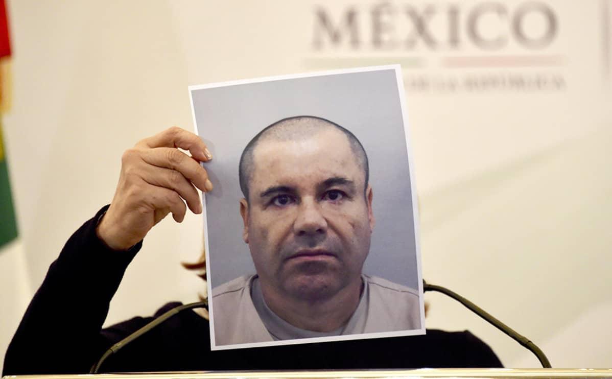 Oikeusministeri pitelee El Chapon kuvaa.
