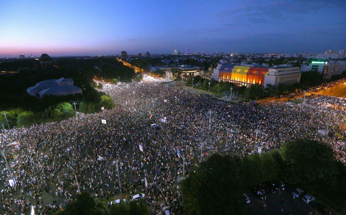 Tuhannet romanialaiset osoittivat mieltään maan hallitusta vastaan.