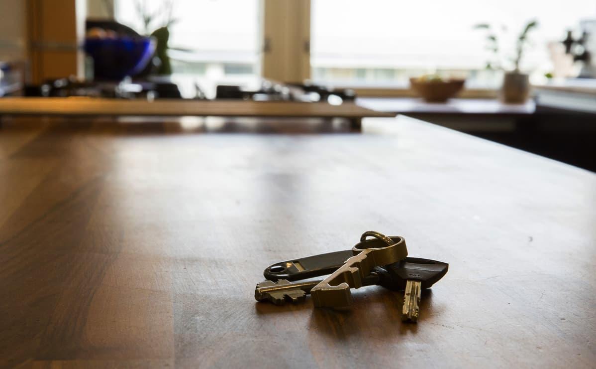 asunnon avaimet pöydällä