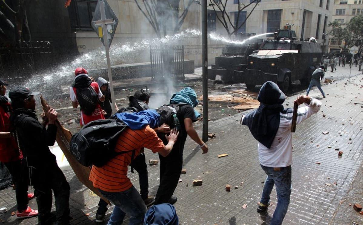 Mielenosoittajia ammutaan vesitykeillä