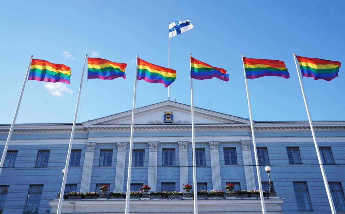 Sateenkaarilippuja Helsingin kaupungintalon edustalla.