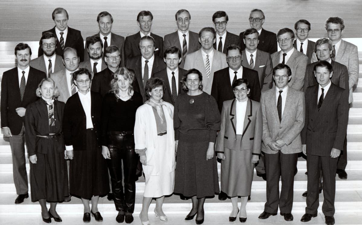 Ryhmäkuva eduskunnan talouspolitiikan johtamiskurssilta
