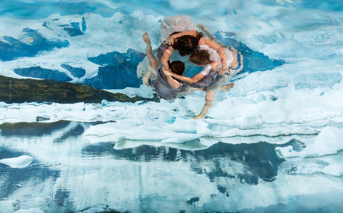 Valokuvateos, jossa on lapsia vedessä.