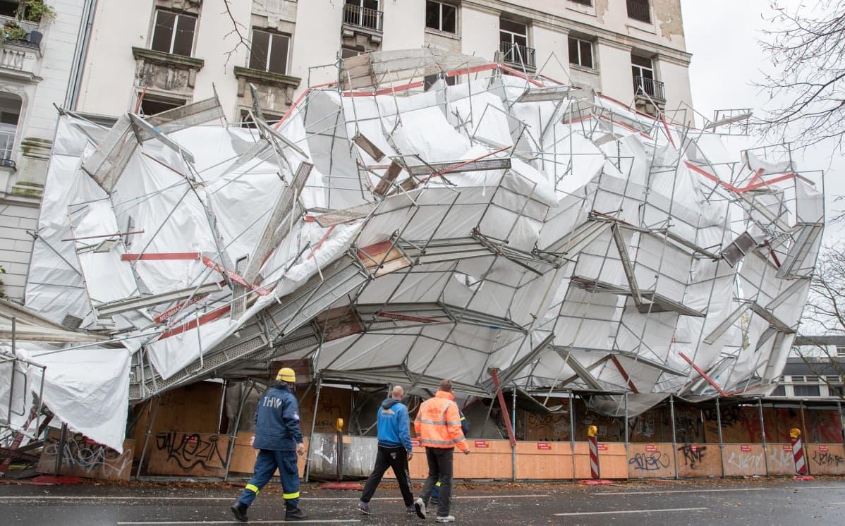 Rikkoutuneita rakennustelineitä Berliinissä.