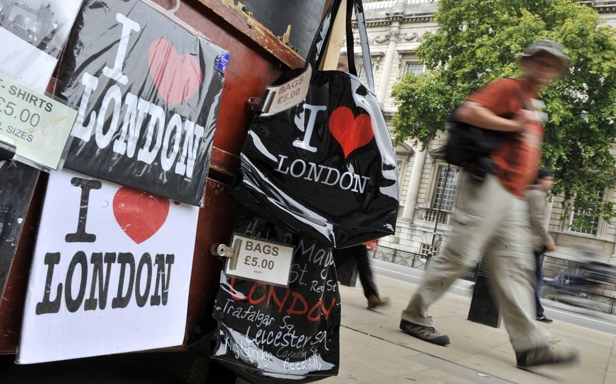 I Love London -T-paitoja ja -kasseja katukaupassa viiden punnan hintaan.