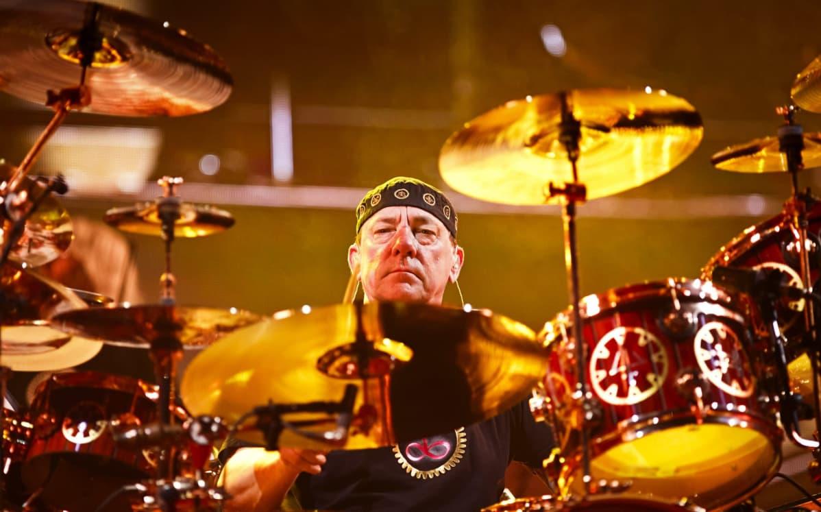 Rush-yhtyeen rumpali Neil Peart soittamassa rumpuja konsertissa Helsingissä.