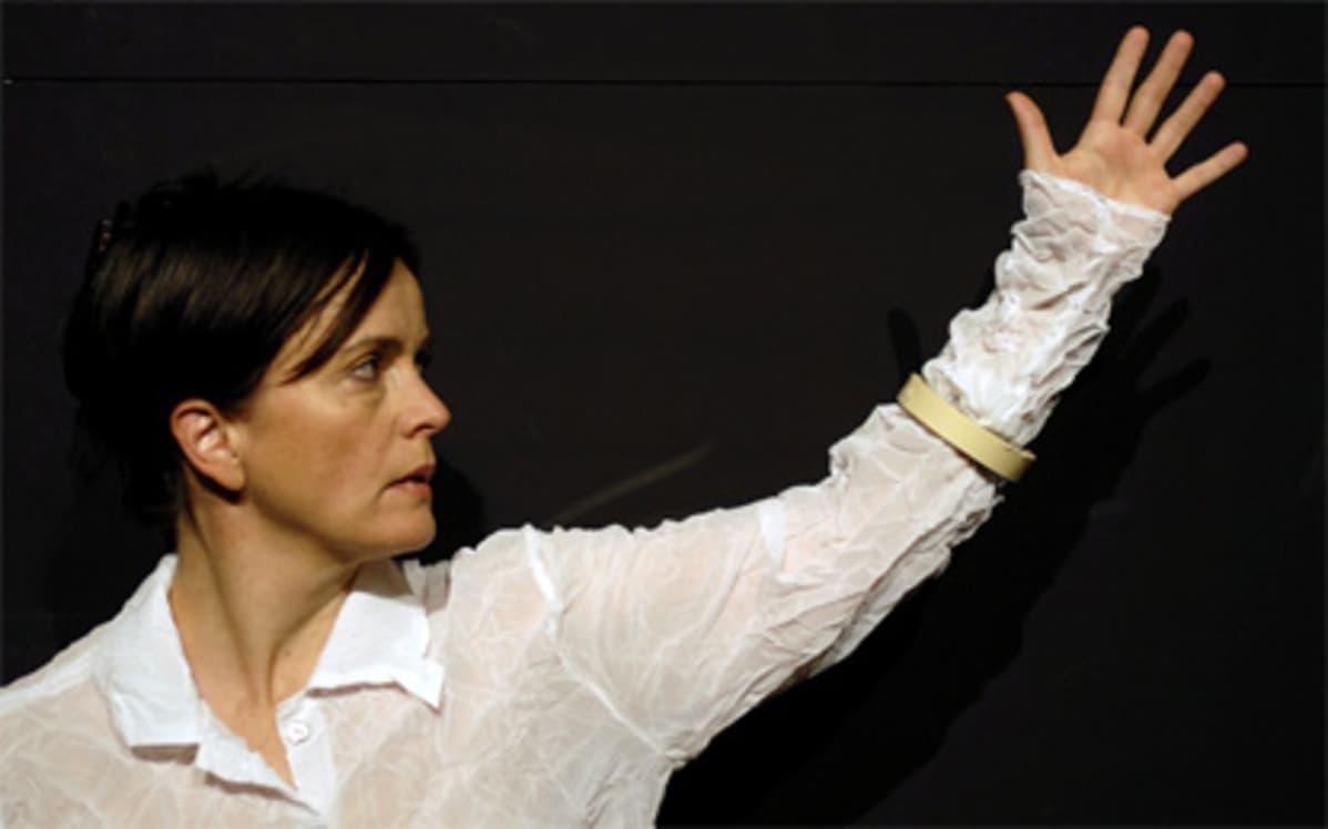 Tanssija Pirjo Yli-Maunula teoksessa Soolo itselle ja toiselle