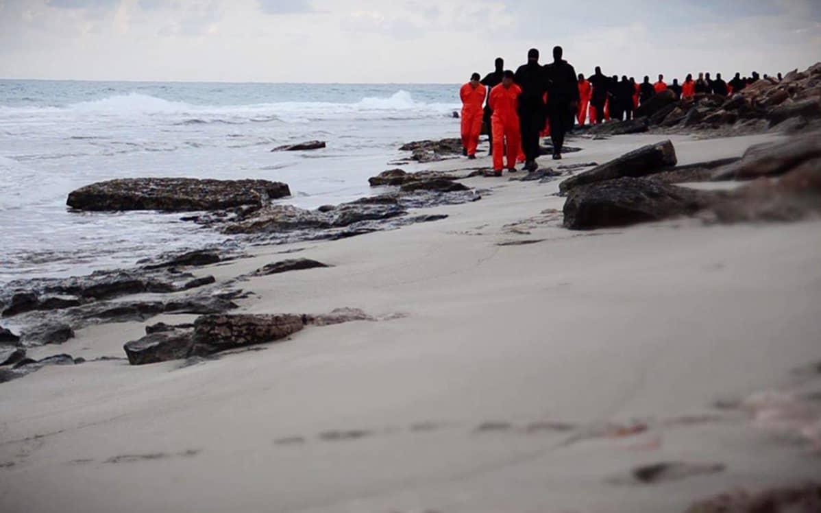 Al-Hayat -mediakeskuksen julkaisema kuvakaappaus videolta jossa Isisin taistelijat vievät panttivankeja mestattavaksi Tripolissa, Libyassa.