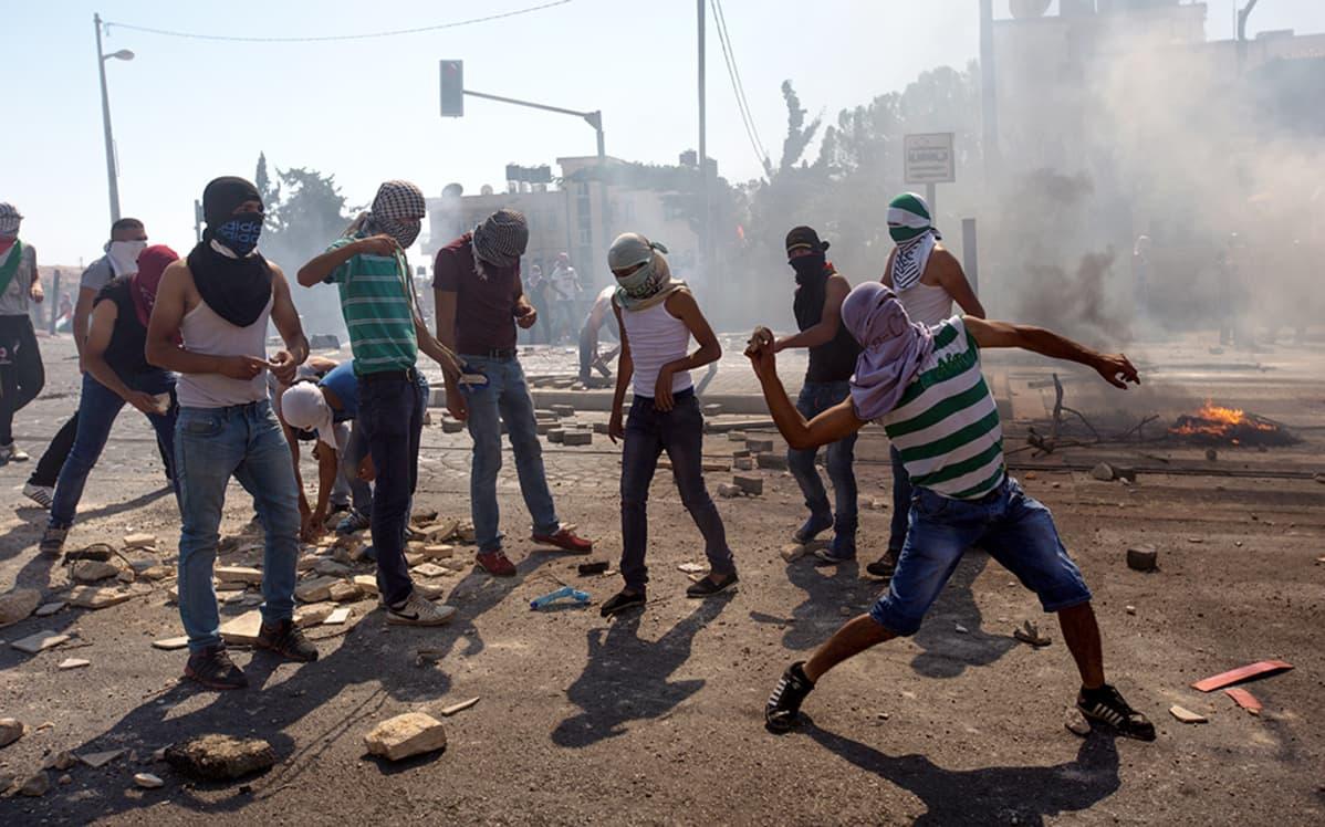 Naamioituneet palestiinialaiset ottavat yhteen Israelin poliisin kanssa.