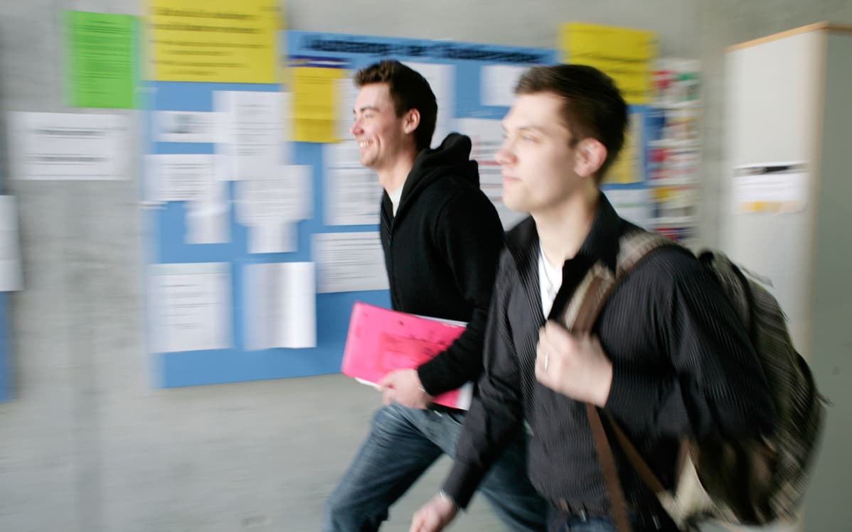opiskelijoita käytävällä