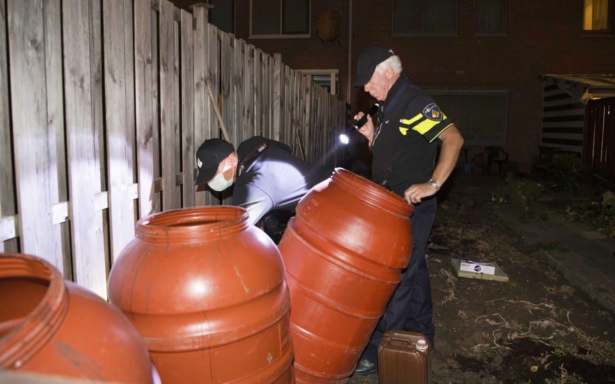 Poliisi tekemässä kotietsintää Arnhemissa torstaina.
