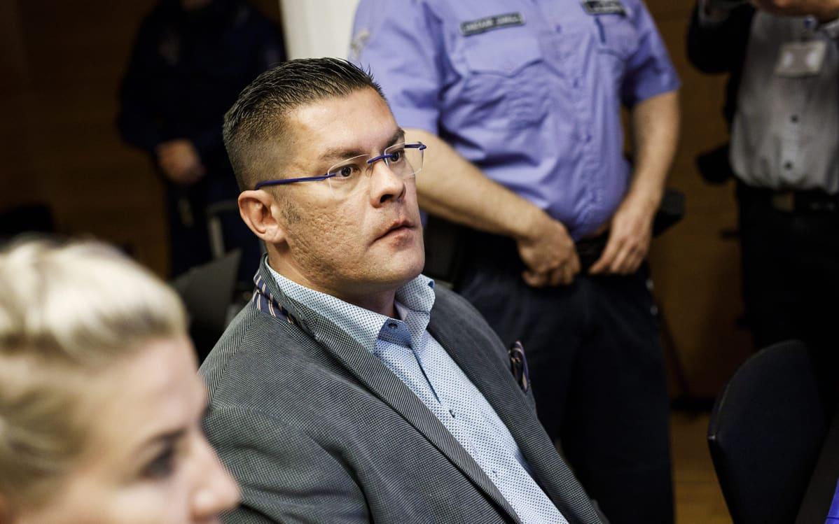 Ilja Janitskin (kesk.) Helsingin käräjäoikeudessa 13. kesäkuuta