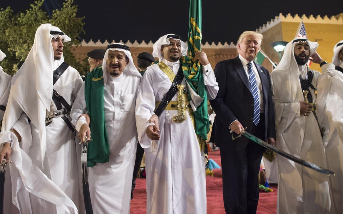 Donald Trump teki ensimmäisen ulkomaanmatkansa presidenttinä Saudi-Arabiaan toukokuussa 2017. Riadissa Trump osallistui miekkatanssiin kuningas Salmanin kanssa.