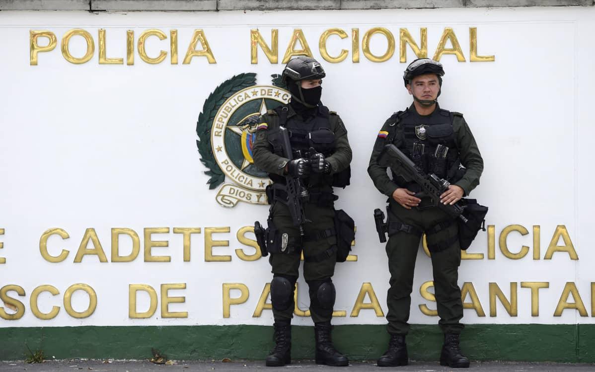 Turvallisuusjoukot vartioivat poliisioppilaitoksen edustalla, jossa autopommi räjähti 17. tammikuuta.