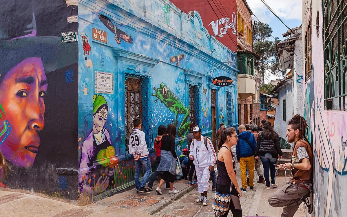 Turisteja ja paikallisia ihmisiä Calle del Embudolla Bogotássa.