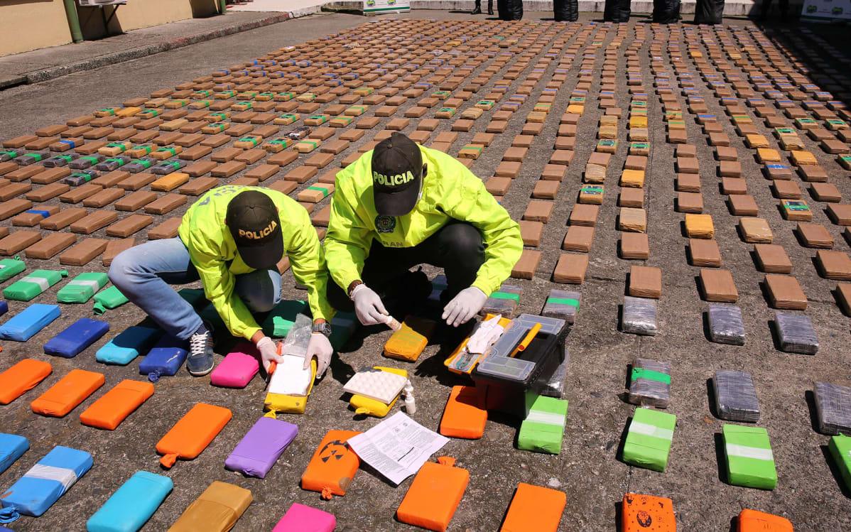 Huumepoliisin teknikot tutkivat takavarikoitua kokaiinia Buenaventuran satamassa elokuussa 2017.