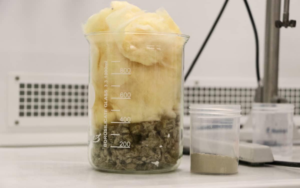 Lasi ja kivivillaa sekä samasta määrsätä jauhettua laastiainesta.