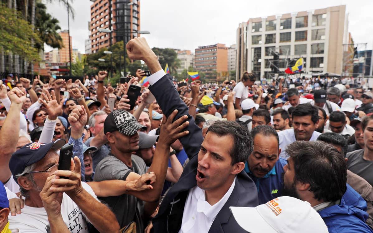 Juan Guaidó väkijoukon keskellä Caracasissa, Venezuelassa 23. tammikuuta.
