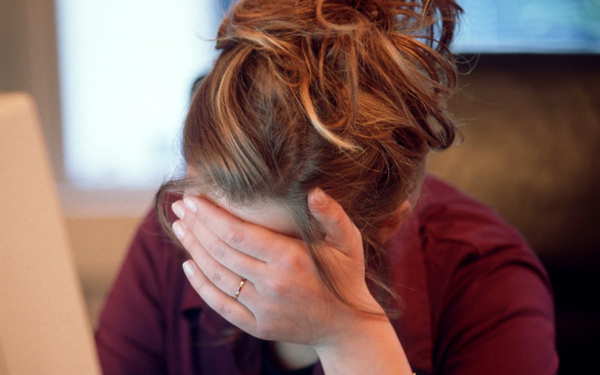 masentunut nainen nojaa käteensä