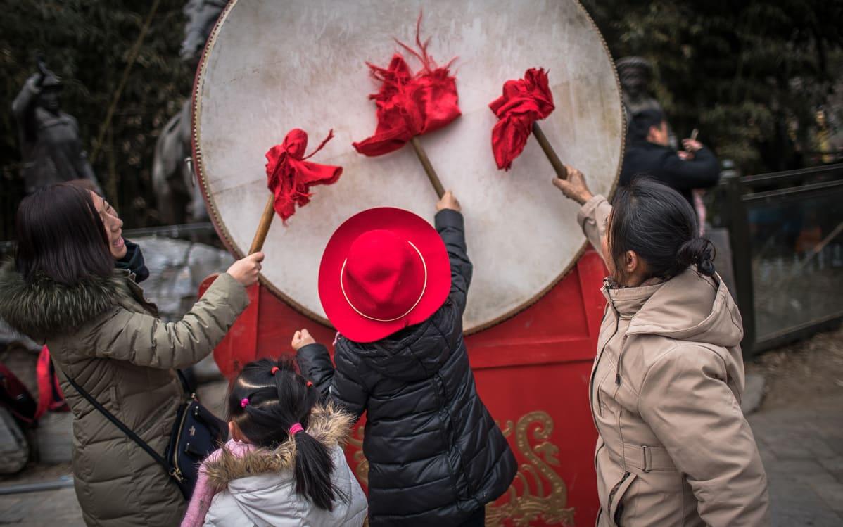 Perhe juhlimassa uuttavuotta Badachun puistossa Pekingissä. Kiinalainen uusivuosi, sian vuosi, alkoi 5. helmikuuta.