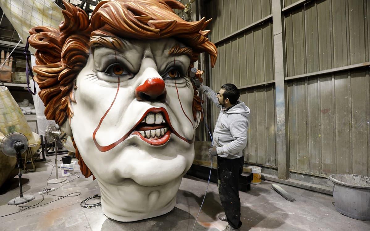 Donald trumpin näköistä jättimäistä pellen päätä viimesitellään