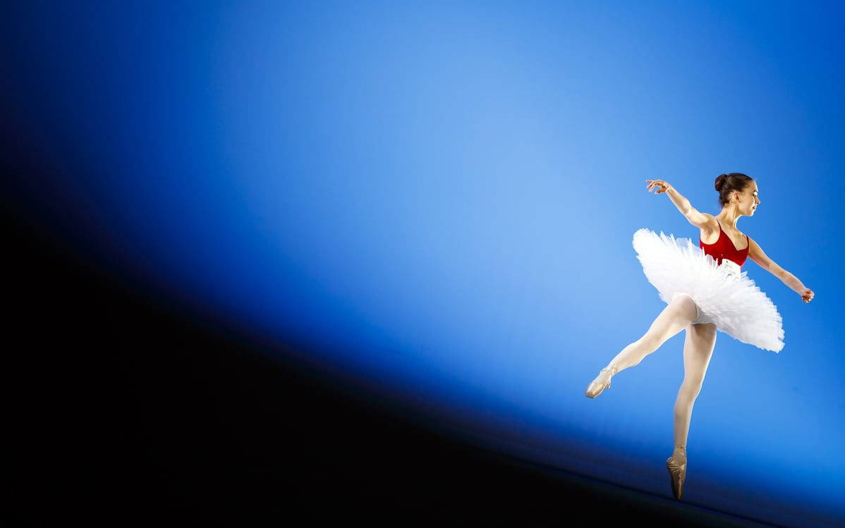 Balettitanssija sinisellä taustalla