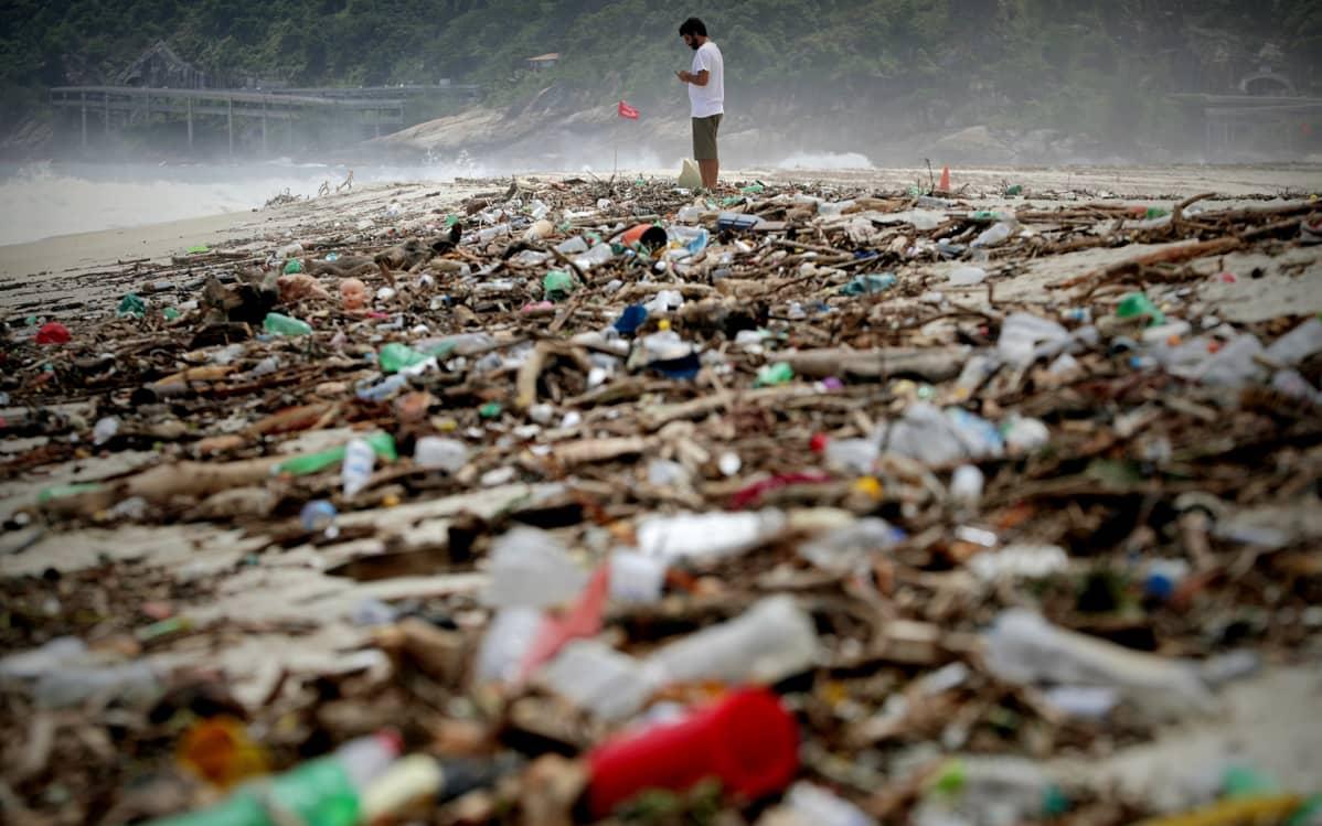 Myrskyn rannalle tuomia jätteitä São Conradon rannalla Rio de Janeirossa