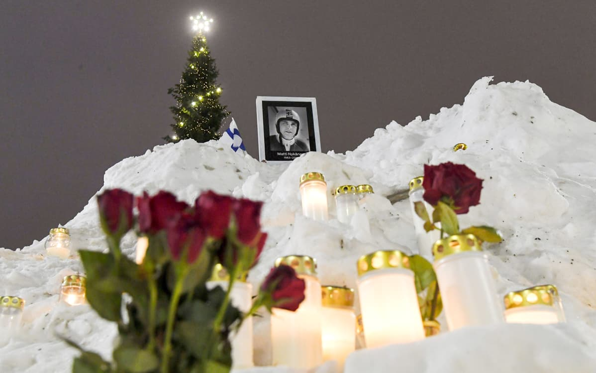 Mäkihyppääjä Matti Nykäsen muistopaikka Lahden torilla. Nykänen kuoli maanantaina 4. helmikuuta . Hän oli kuollessaan 55-vuotias.