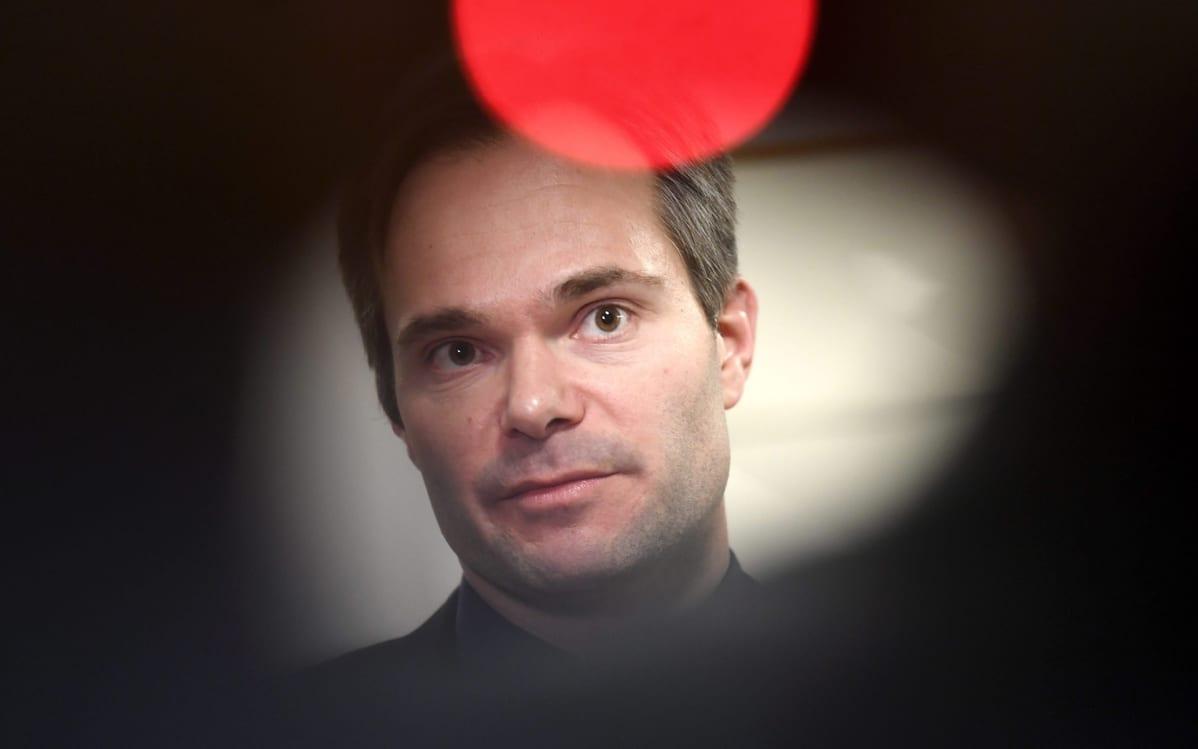 Sisäministeri Kai Mykkänen (kok.)
