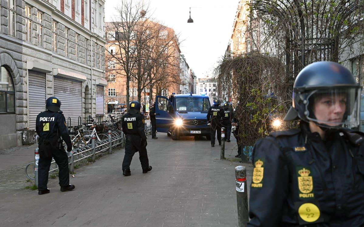 Mellakkavarusteisia poliiseja Kööpenhaminassa sunnuntaina.