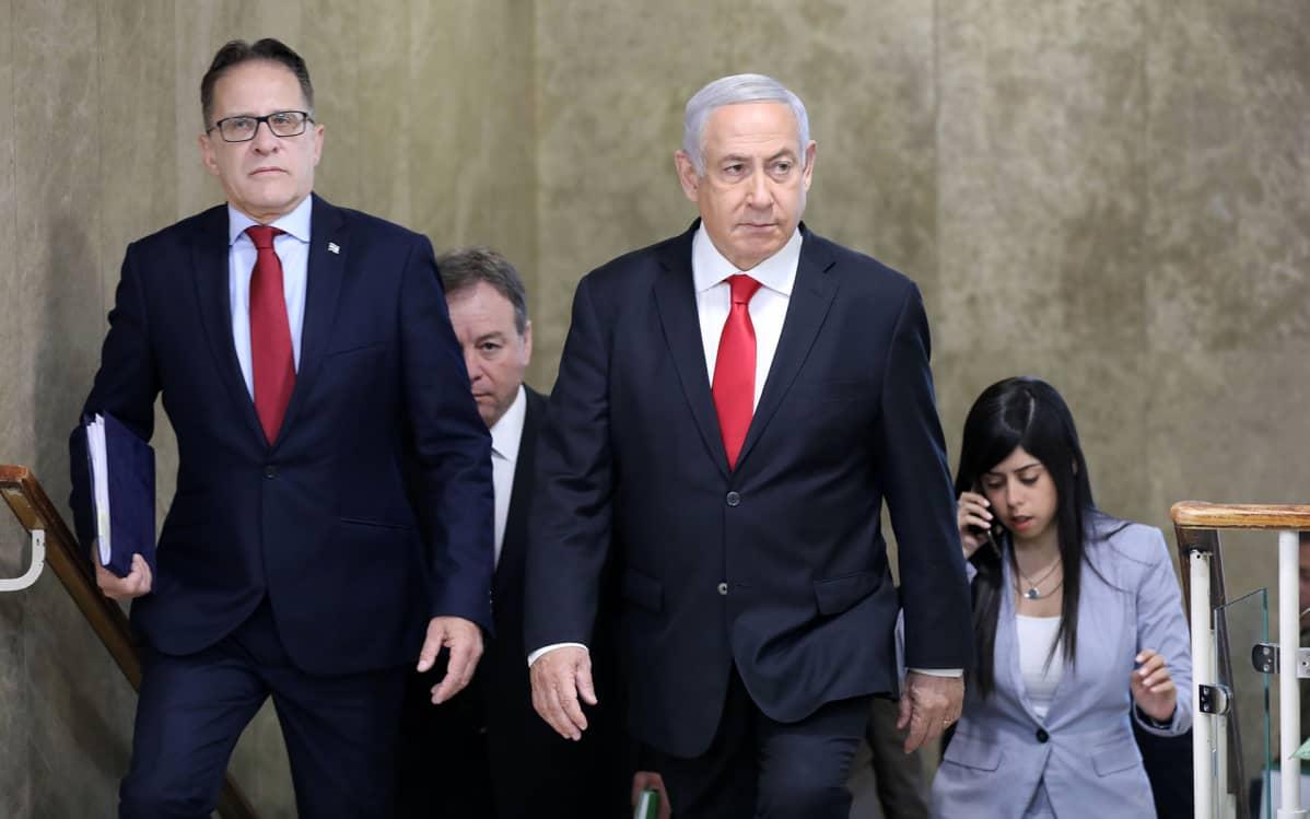 Kabinettipäällikkö Tzahi Braverman ja pääministeri Benjamin Netanjahu saapuivat viikottaiseen hallituksen kokoukseen sunnuntaina Jerusalemissa.