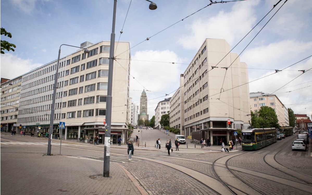 Näkymä Helsingin Pitkältäsillalta kohti Kallion kirkkoa.