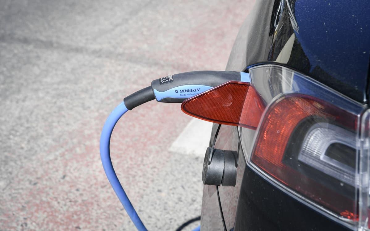 sähköauto latauksessa.