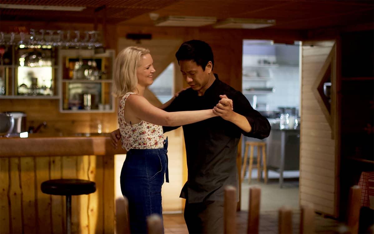 Näyttelijät Anna-Maija Tuokko ja Chu Pak Hong tanssivat Mestari Cheng -elokuvassa.