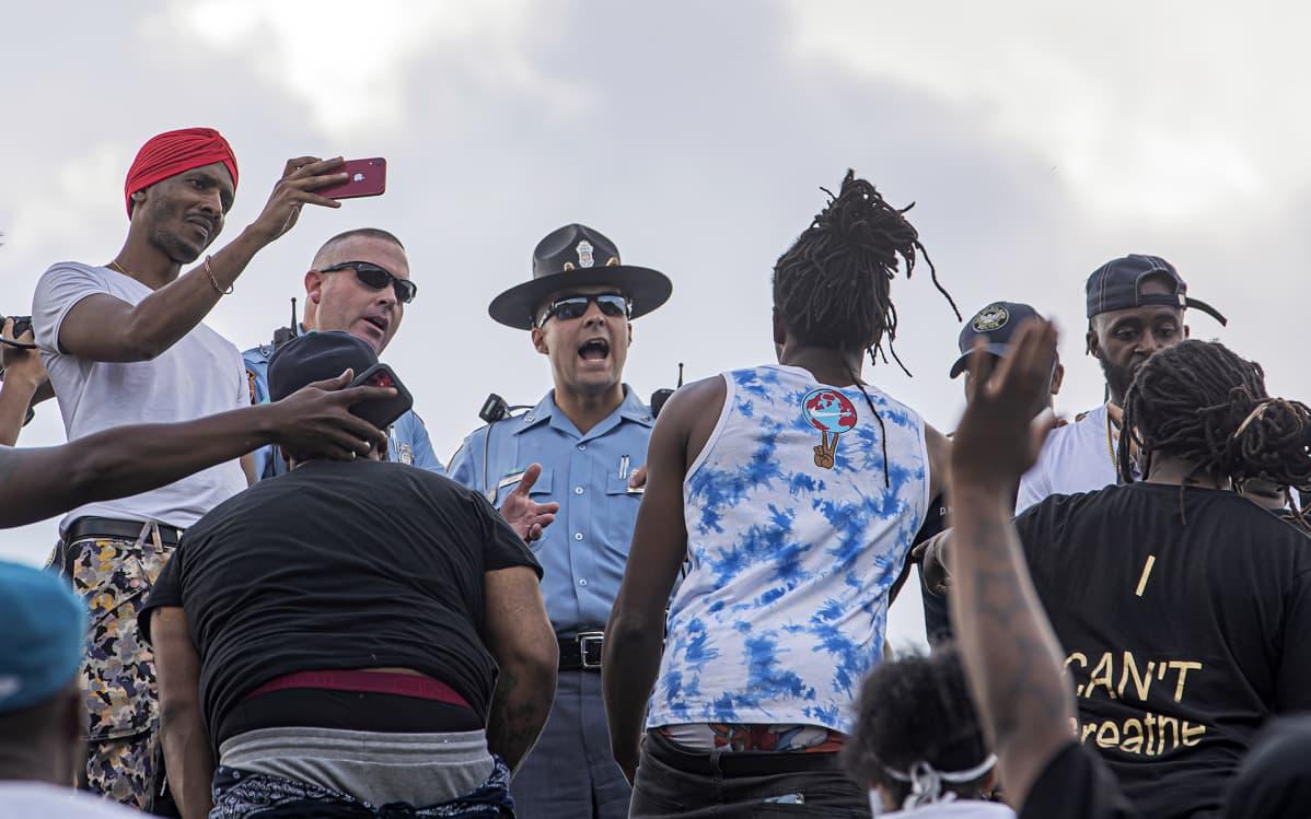 Poliiseja ja mielenosoittajia lähellä ampumispaikkaa Atlantassa lauantaina.