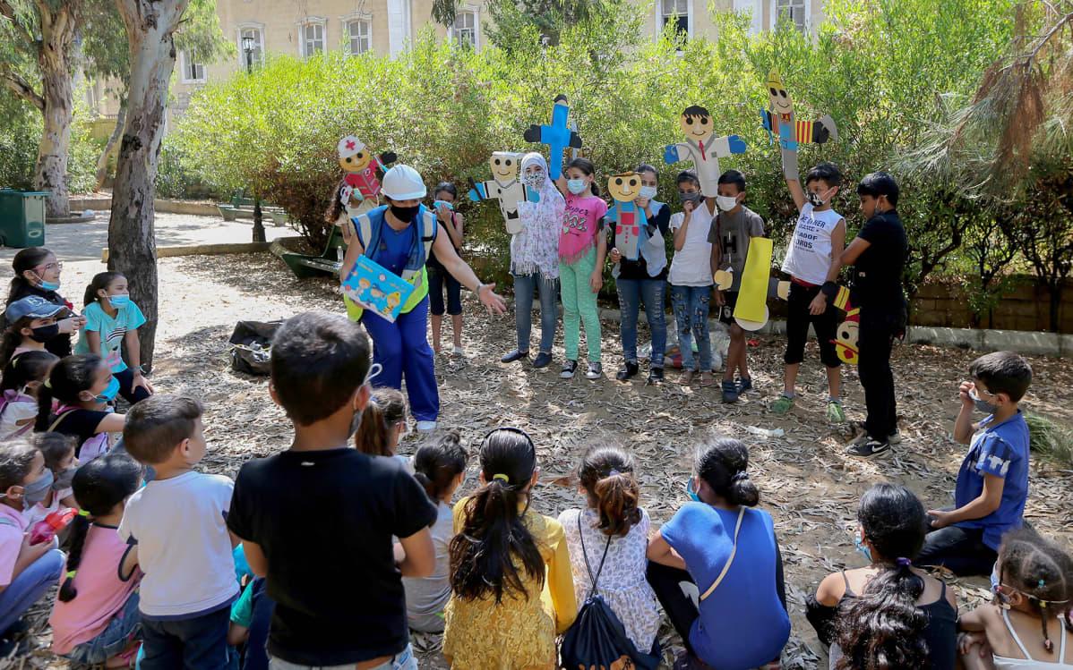 Vapaaehtoiset ja siviiliorganisaatiot järjestävät ohjelmaa libanonilaisille ja syyrialaisille lapsille  joiden elämään räjähdys vaikutti.