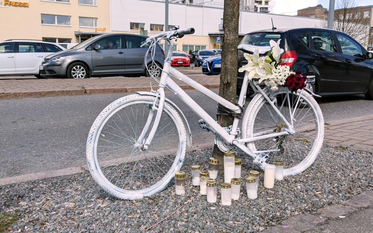 Valkoiseksi maalattu polkupyörä risteyksessä helsingin Herttoniemessä.
