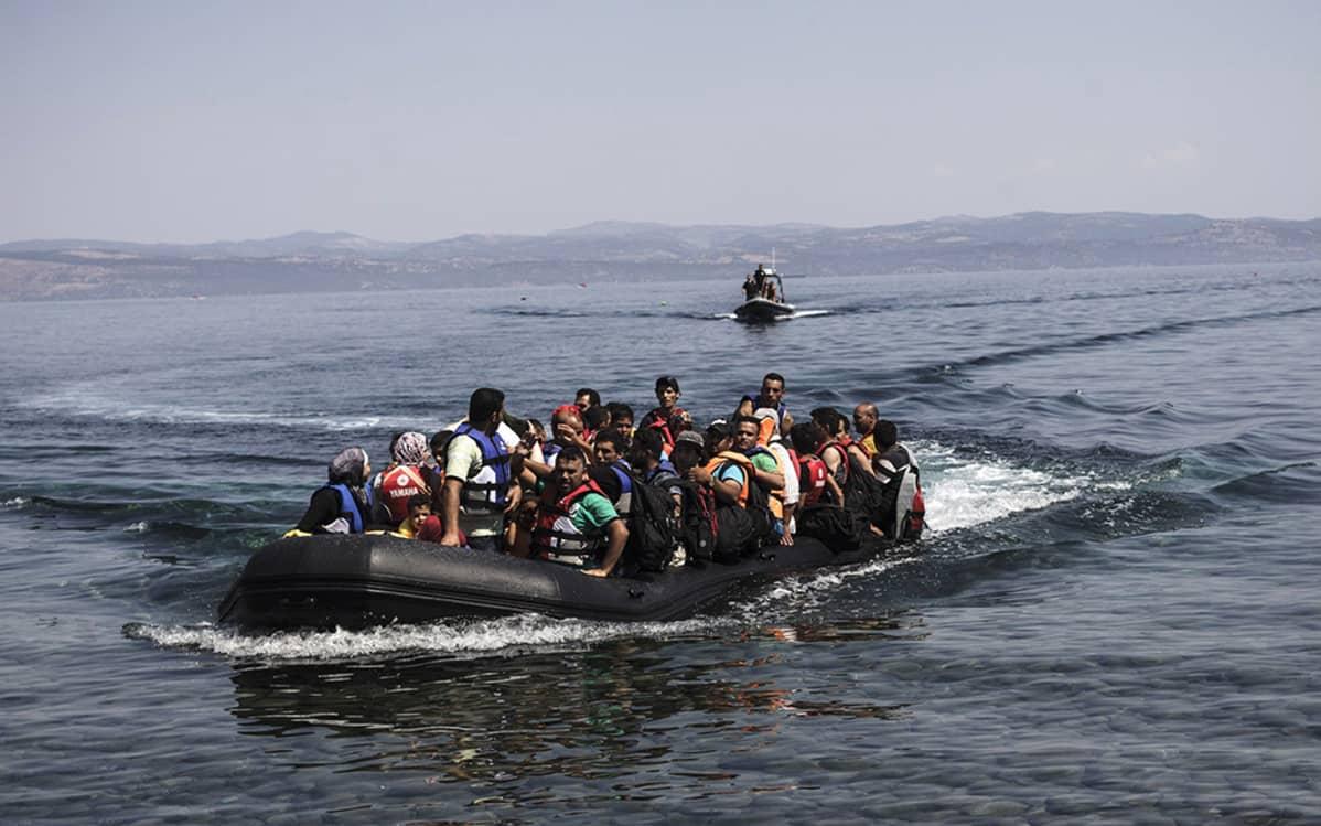 Syyrialaispakolaisia saapumassa Kreikan Lesboksen saaren rantaan 12. elokuuta 2015.