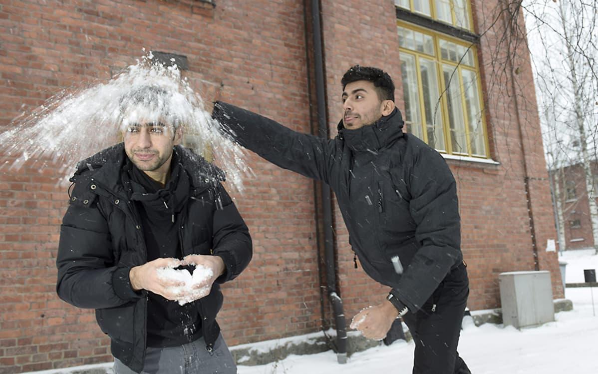 Rami Almemari ja Mahmod Dhari Lahden vastaanottokeskuksessa 12. tammikuuta 2016.